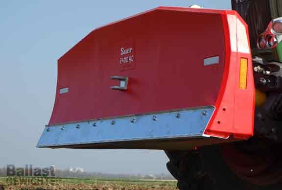 großes rotes Kontergewicht an Fronthydraulik
